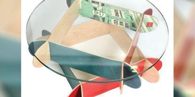 Kaykay tahtalarından oluşan kahve masası