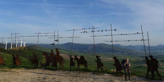 Camino de Santiago'yu yürüyen gezginleri gösteren heykeller