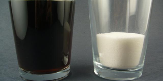 Bir bardak siyah, bir bardak beyazla dolu