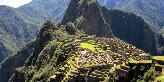 Huayna Picchu kayıp şehir Machu Picchu'ya tepeden bakar.