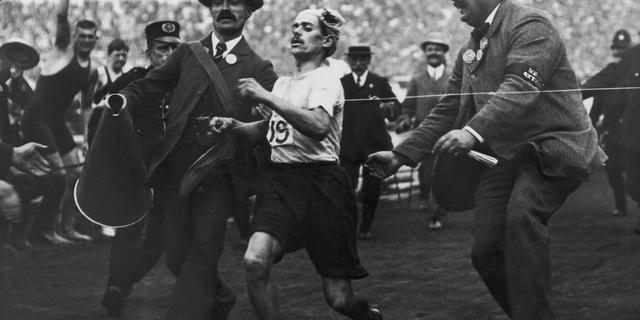 Londra Olimpiyatları'nda bitiş çizgisini ilk sırada geçerken