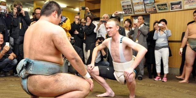 Mesela Froome, sumo güreşini denemiş!