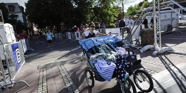 Üç çocuğuyla maraton bitiren muhteşem anne: