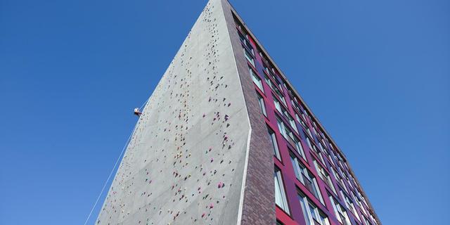 Okul içinde bir tırmanma duvarı
