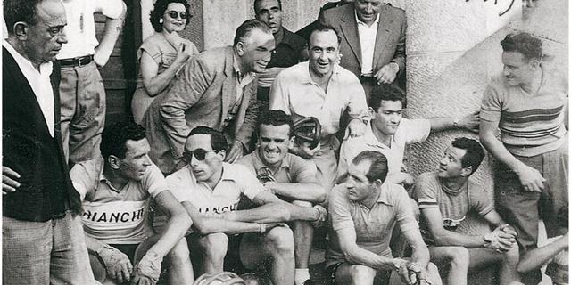 Takımıyla birlikte Bartali'nin savaş sonrası günlerinden bir kare.