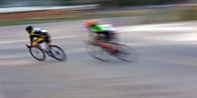 Öndeki bisikletçi sayesinde rüzgardan korunarak hızlanmak mümkün