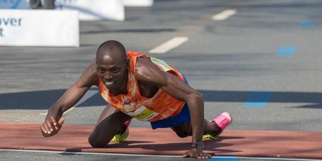 Bitiş çizgisini sürünerek geçen atlet:
