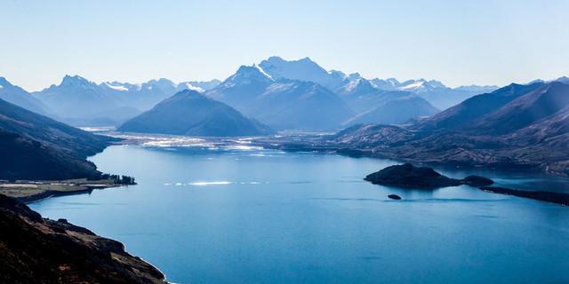 İrili ufaklı dağlar ve mavinin ortaklaşa yarattığı bu bileşim filmde de harikalar yaratıyor