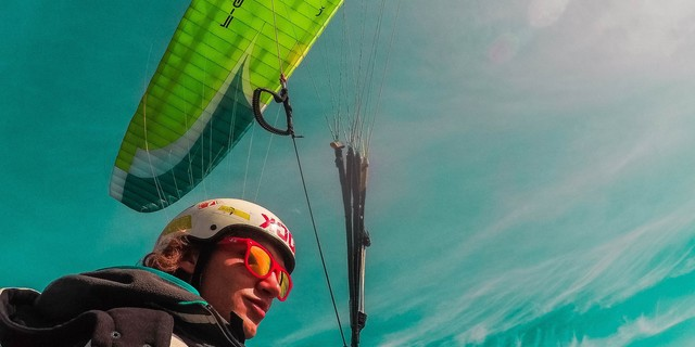 Yurtsev, mesafeleri 100 ila 400 km. arasında değişen yamaç paraşütü yarışlarına katılıyor ve şehirden şehre yamaç paraşütüyle gidiyor!