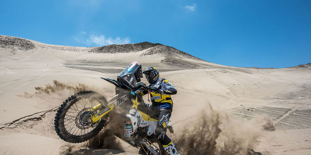 Tamamen kumdan oluşan etaplarda motosikletlerin işi daha da zor