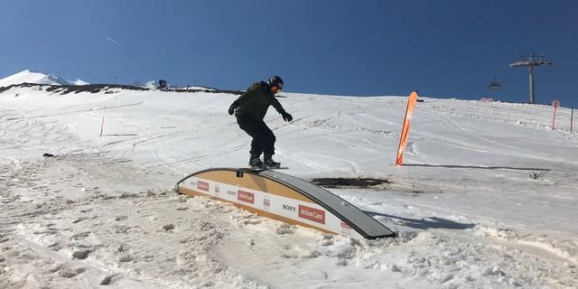"""Kendisini """"aksiyon sporcusu"""" olarak tanımlayan Merdan, downhill'in yanında wakeboard ve kayak sporlarına da tutkulu."""