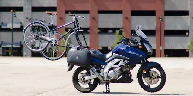 Tabii ki bisikletçiler de motosiklet kullanmayı sever