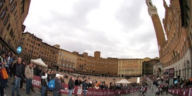 """""""İtalya'da koşulan bisiklet yarışlarında organizatörler hem doğal güzelliklerin hem de mimari şaheserlerin izleyicilere gösterilmesini önemserler."""""""