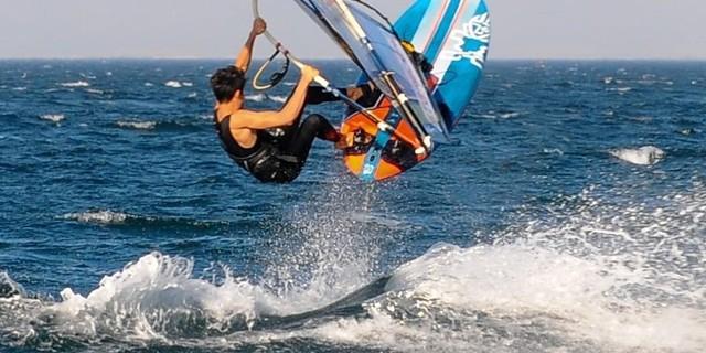 Okyanusta rüzgâr sörfü yapmanın çok farklı bir deneyim olduğunu şöyle anlatıyor: