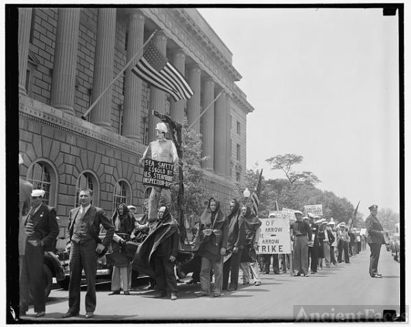 Maritime Union pickets U.S. Dept. of Commerce....