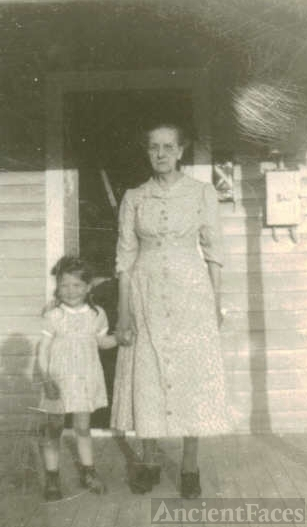 Mary Elizabeth Davis McClurg with granddaughter Rosalee Clark