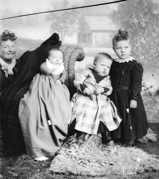 Sarah Andrea Nielsen Jensen and children