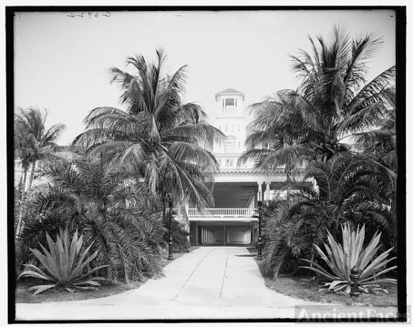[Palm Beach, Fla., main entrance to the Royal Poinciana]