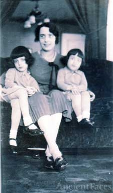 Fotini Papageorge and daughters