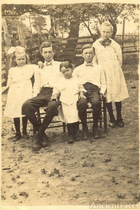 Unknown Lilley, Mims Or Thompson Family