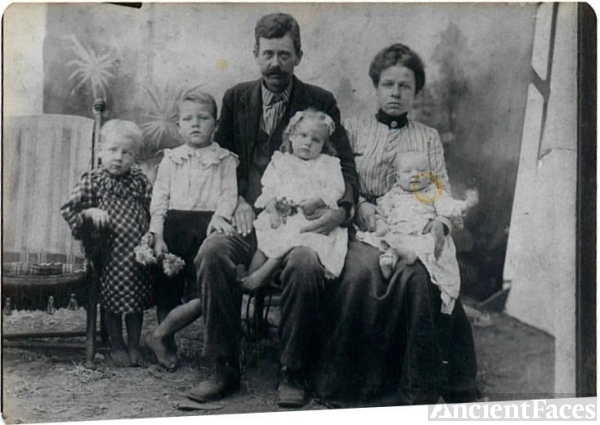Willie & Ruth Gowder Family, 1902