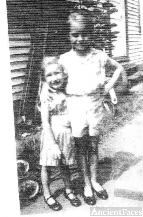 Deborah & Pam Thompson, WV 1959