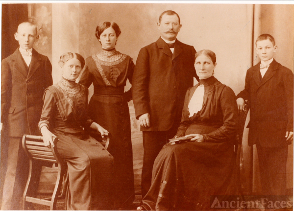 Minna (Pulst) Sachert family