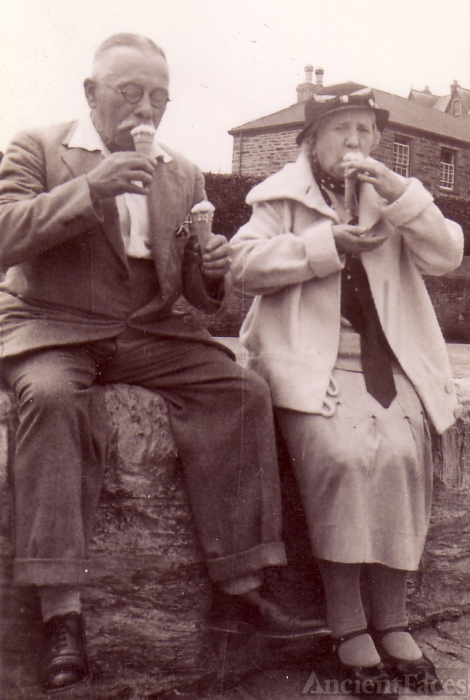 My paternal grandparents, Harry John BARFOOT & Marie (nee POOLE)