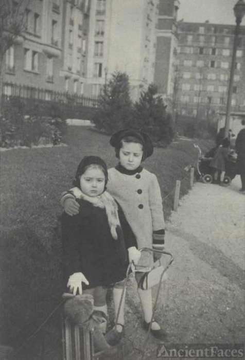 Gisele and Irene Frydlender 1942