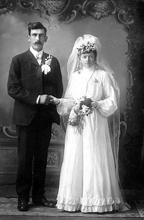 Peter and Emma (Roloff) Schmitz, 1903