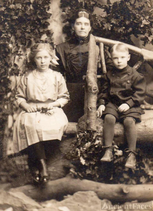 Mrs. Lucy Elliott & children Viola and Delmer; Oregon City, Oregon