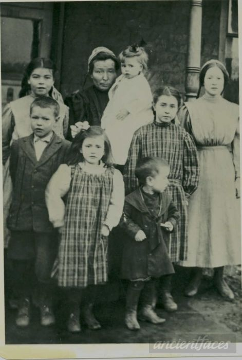 Susan V. Roberts Hamilton and her children