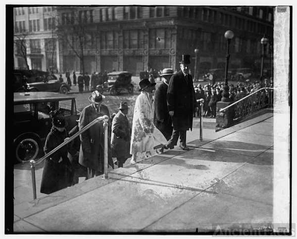 Pres. & Mrs. Coolidge, Thanksgiving Day, [11/26/25]