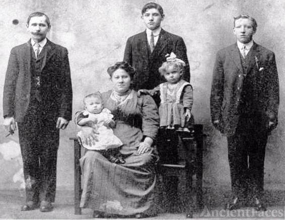 Anthony & Karolina Niziol Family 1912
