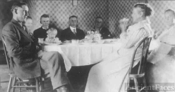 Amalia Ullrich family at home, 1918