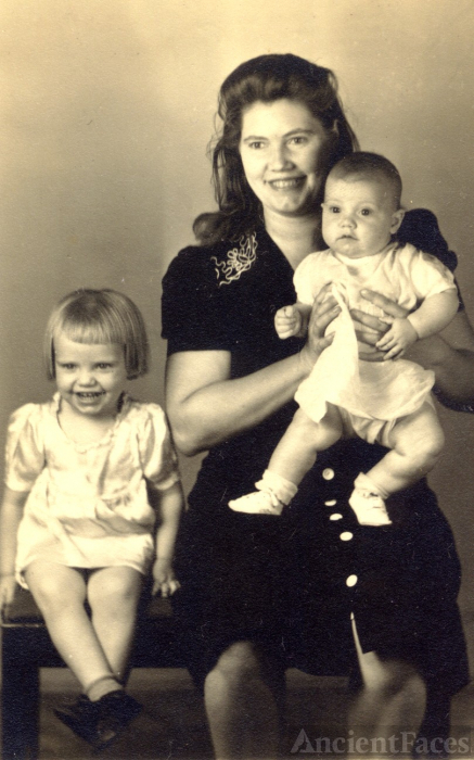 Dorothy Kelly and daughters Janice and Wanda