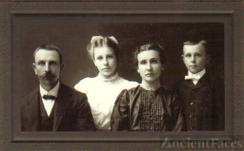 Henry & Frances Schlarb family, Nebraska 1904