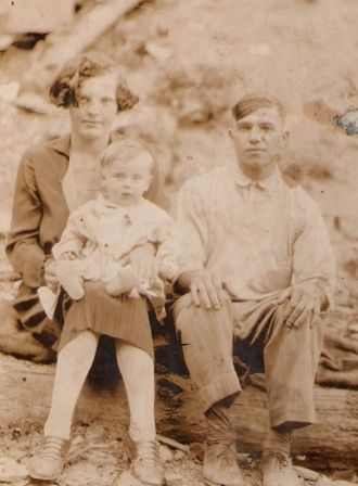 Albert Hunt with wife Lola Meade Hunt and son Earl