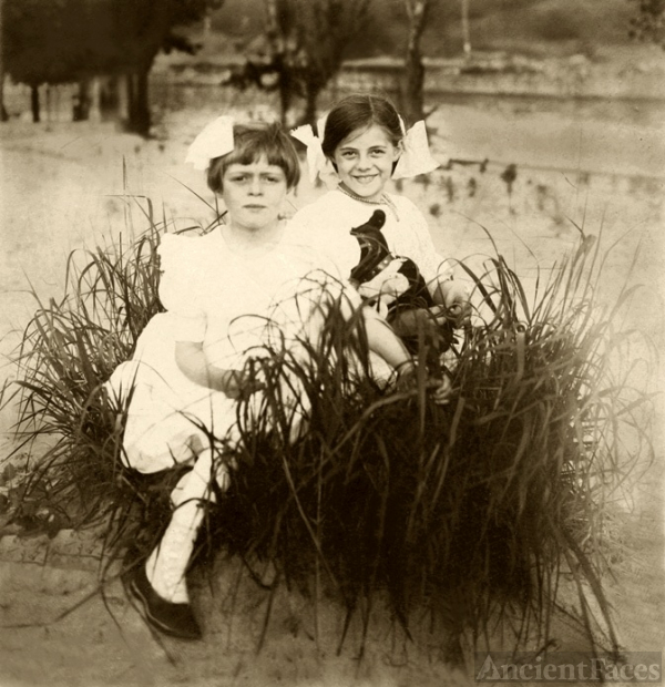 Marjorie and Dorothy Keswick, 1910