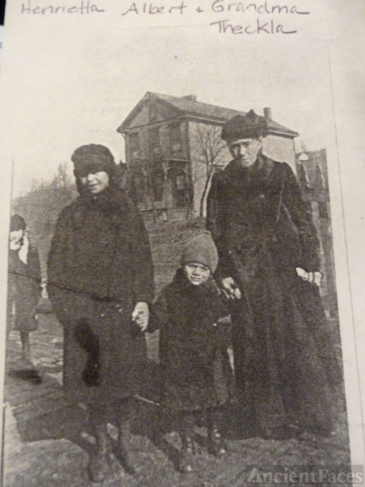 Theckla Leifeld & grandchildren, 1918