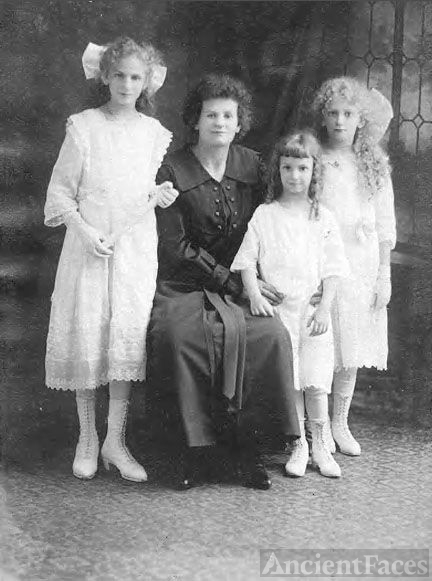 Bertha Gottdank and daughters