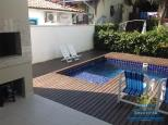 Piscina com churrasqueira