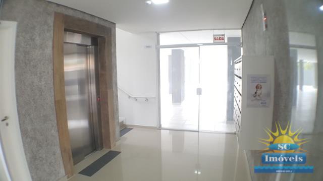 32. Hall de entrada e elevador