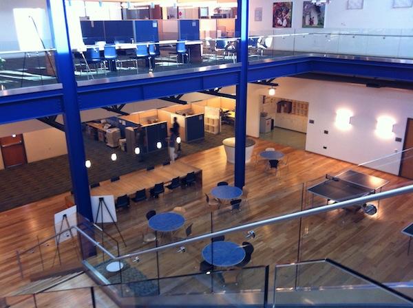 Hall de um dos prédios da VMware