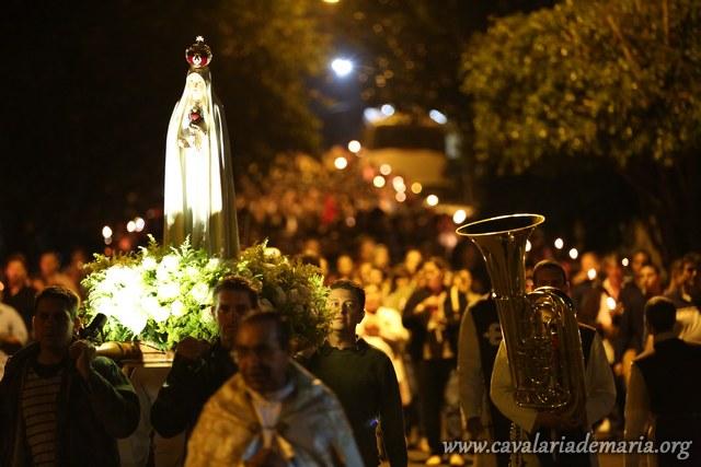 Em Cambará – PR, na Paróquia Nossa Senhora Aparecida, procissão luminosa