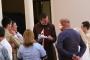 sacerdote-com-pais-e-alunos