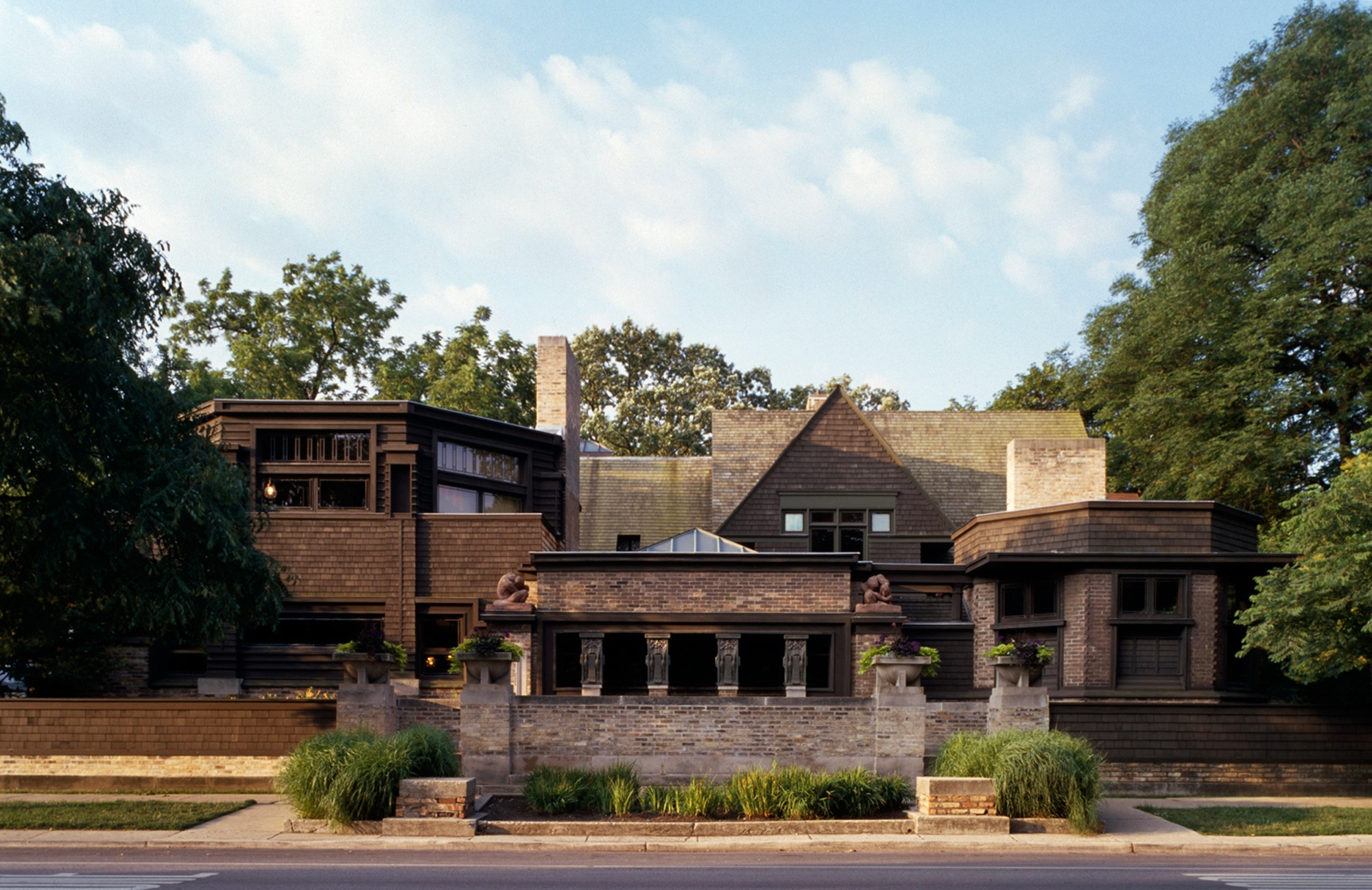 Frank lloyd wright home studio buildings of chicago for Frank lloyd wright house design