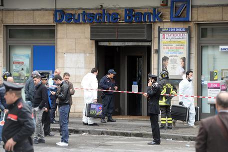 Pacco sospetto davanti Deutsche Bank, conteneva esplosivo
