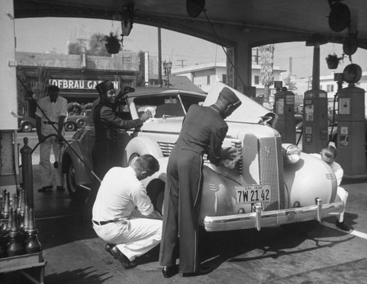 1940s-Full-Service-Gas-Station