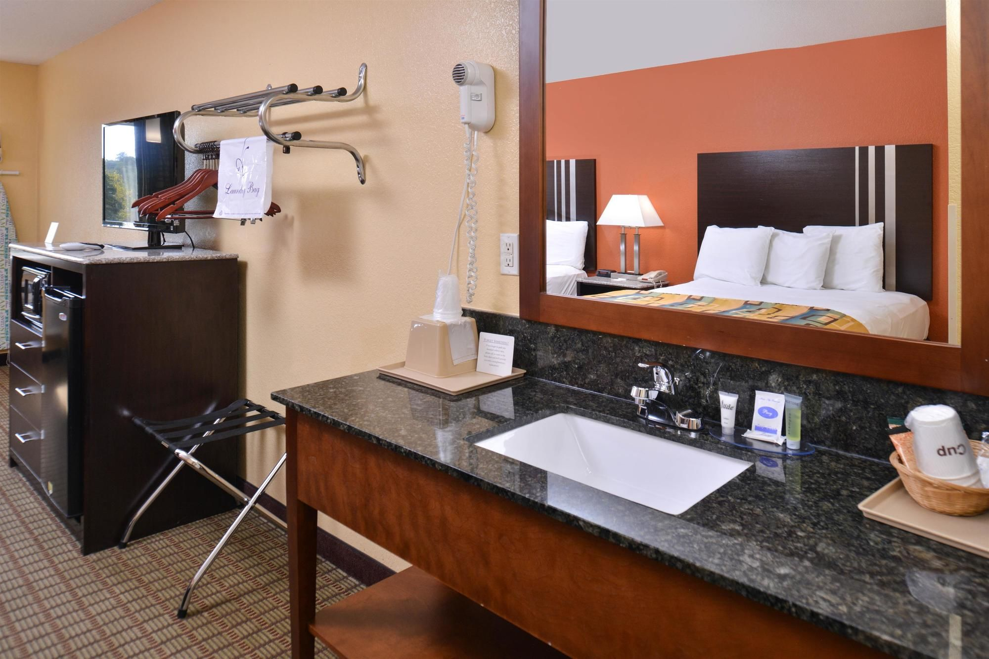 Douglas Inn & Suites in Cleveland, TN